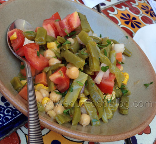 Ensalada de nopales y garbanzos – Cactus, chickpea, corn, tomato & parsley - $10